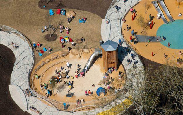 Площадка Woodland в лесу со скалолазаньем, конструкторами и качелями в Мемфисе, США