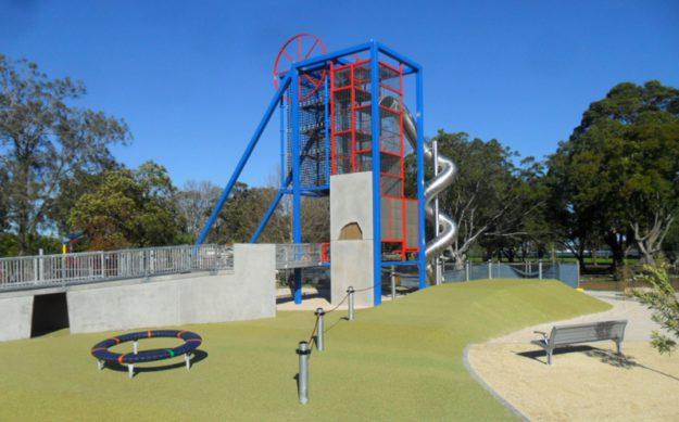 Площадка на озере Маккуори, где могут играть и кататься на качелях даже дети в инвалидных колясках. Австралия