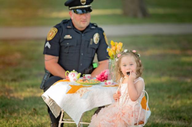 чаепитие девочки и полицеского