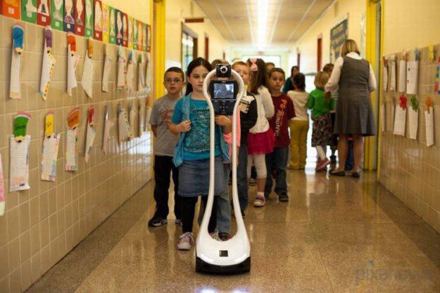 робот ходит в школу вместо мальчика