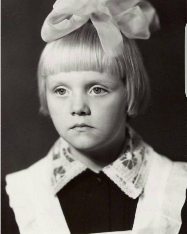 А это певица Валерия, когда она шла в первый класс