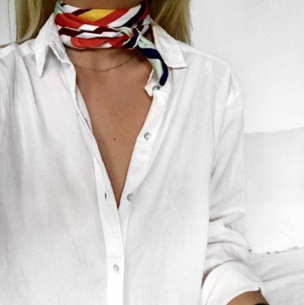 Не забудьте о маленькой шелковой косынке на шею