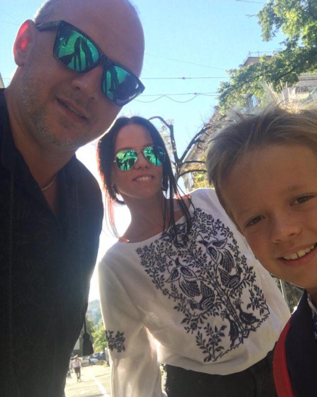 Праздничное селфи Потапа с семьей перед школой