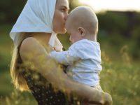 «Орущая на руках»: что делать, если ребенок не слезает с рук?