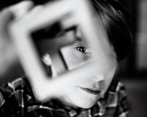Мама посвятила красивый и глубокий фотопроект сыну-аутисту