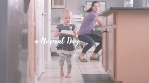 """""""То, что для мамы – ужас, для ребенка – волшебство"""". Видео об одном дне мамы двоих детей"""