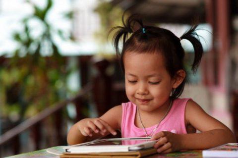 Ребенок и планшет: ядовитая формула запрета