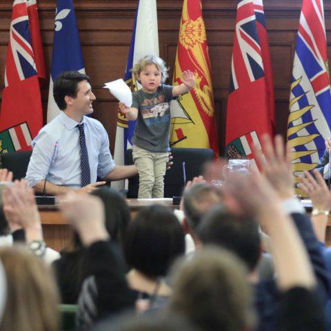 Премьер-министр Канады взял с собой на работу маленького сына. Как мило!