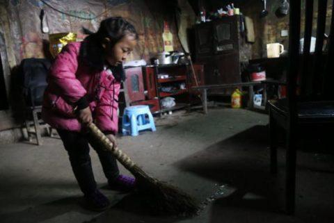 5-летняя девочка с тяжелой судьбой ухаживает за своими больными бабушками