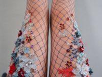 Молодой дизайнер ввела моду на колготы в сетку со сказочной расшивкой