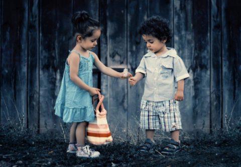 Как научить малыша играть с другими детьми