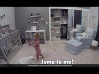Командная работа: мальчик находчиво помог маленькому братику сбежать из кроватки