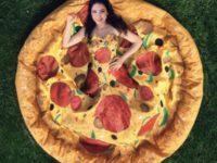 Дизайнер предложила выпускницам новое платье-пиццу. Мода беспощадна!