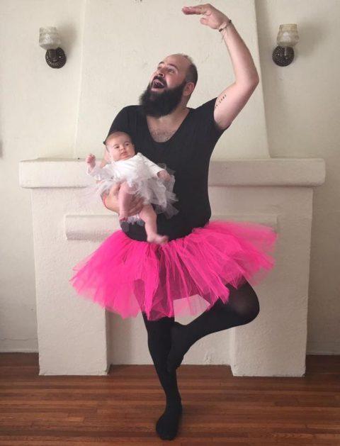Веселый папа и его 9-месячная дочка регулярно перевоплощаются в смешных персонажей