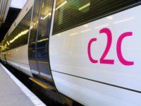 В лондонском поезде маме, стоя кормящей ребенка, никто не уступил место