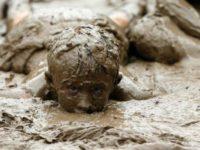 В США каждый год проводят День грязи для детей. Кошмарный сон для мам, но весело