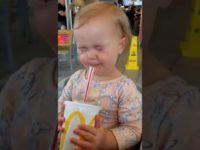 Странная, но смешная реакция малышки на первую в ее жизни газированную воду