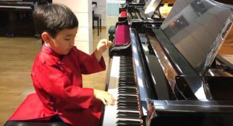 5-летний пианист играет так, как не играют многие взрослые музыканты