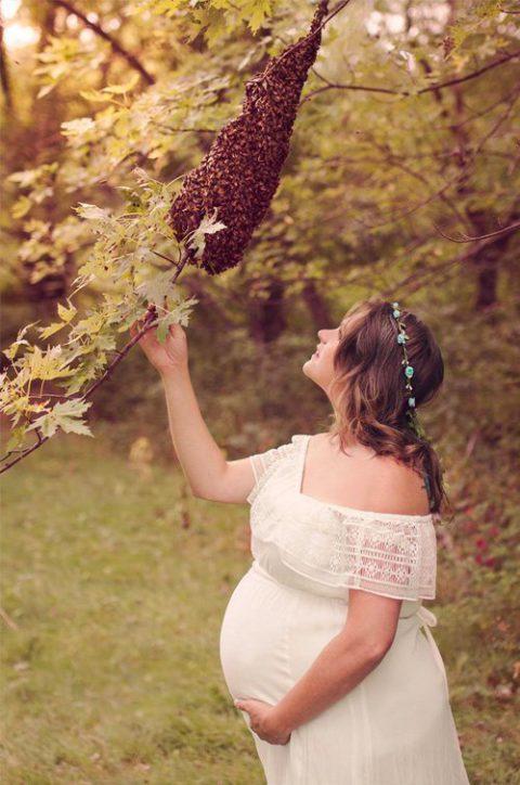 Мама-пчеловод снялась в необычной фотосессии в окружении насекомых