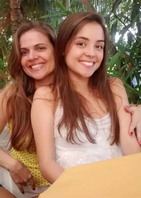 Природа удивительна: эти мамы и дочки так похожи, что их принимают за сестер