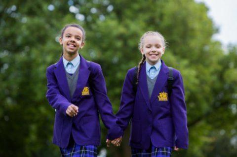 Один случай на миллион: близняшки родились с разным цветом кожи и волос