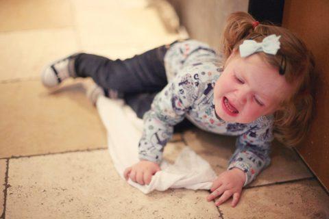Почему малыш в истерике нуждается в сочувствии, а не нотациях