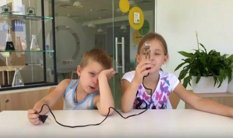 Современным детям предложили угадать, что за предметы из советского прошлого им дали: видео