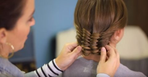Необычная тканая прическа для обладательниц длинных волос