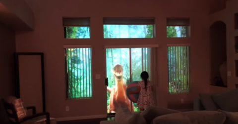 Папа подарил дочке проекцию с невероятно реалистичными живыми динозаврами