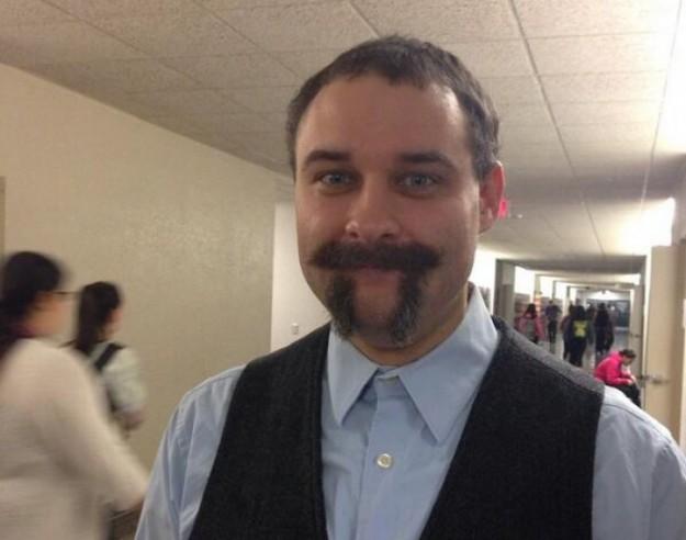 преподаватель с усами в форме пи