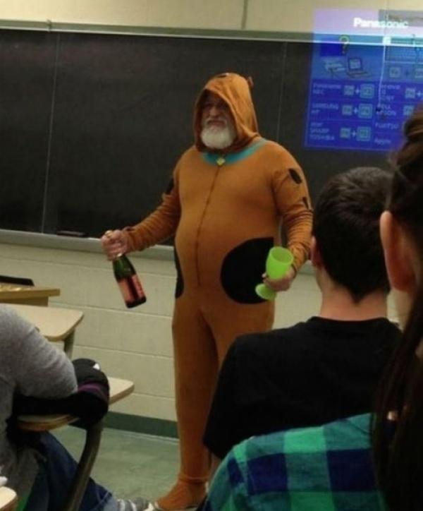 учитель в костюме скуби ду