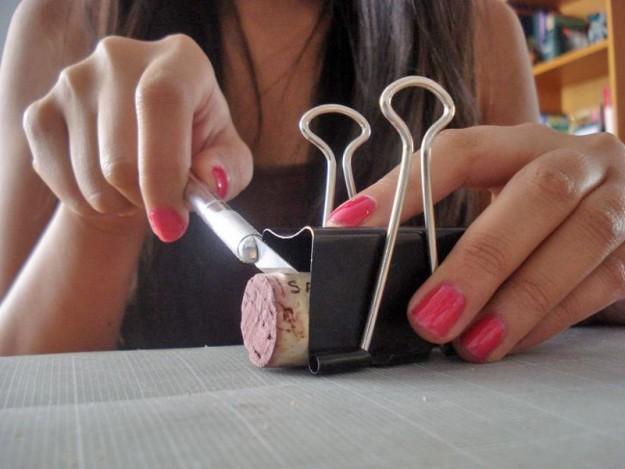 Если нужно ровно нарезать мелкие предметы - поможет зажим для бумаги
