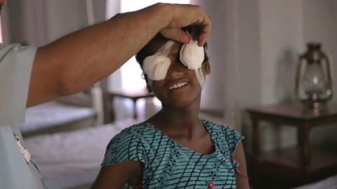 Это невероятное видео о том, как две слепые сестры впервые увидели мир