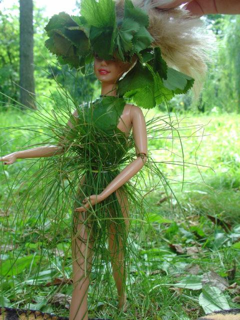 Идея для лета: наряды для кукол из трав