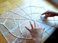 Занимаемся поделками к Хэллоуину: паутинка для украшения дома