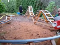 Чтобы внуки приезжали чаще, дедушка построил у себя во дворе американские горки