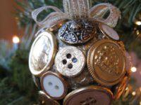 Как сделать яркие новогодние украшения с помощью обычных пуговиц