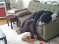 Японские мамочки выкладывают фото своих детей, которые уснули в смешных позах и необычных местах