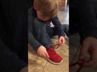 Малыш учит других детей завязывать шнурки упрощенным способом. Гениально!