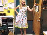 Учительница разрешила ученикам порисовать на ее платье в последний учебный день перед каникулами